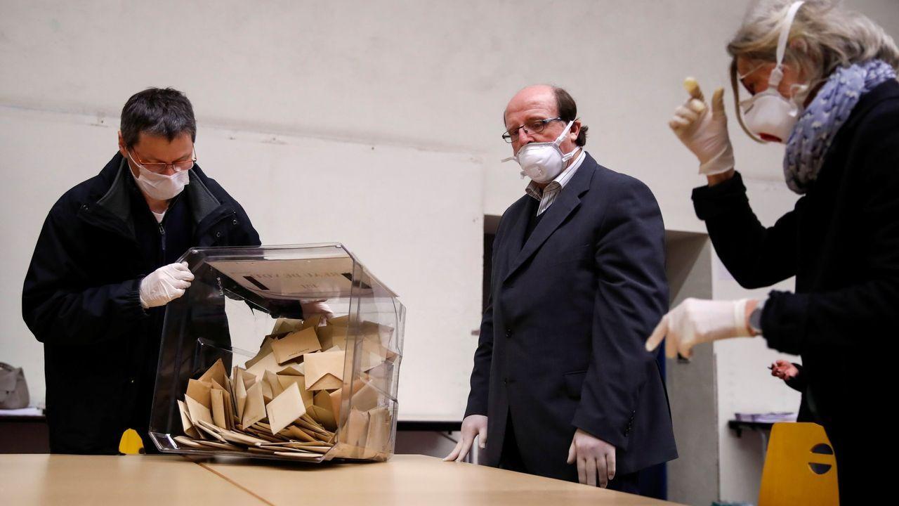 Voto con mascarillas y guantes en Francia en marzo; en Galicia se tendrán que utilizar medidas similares en julio