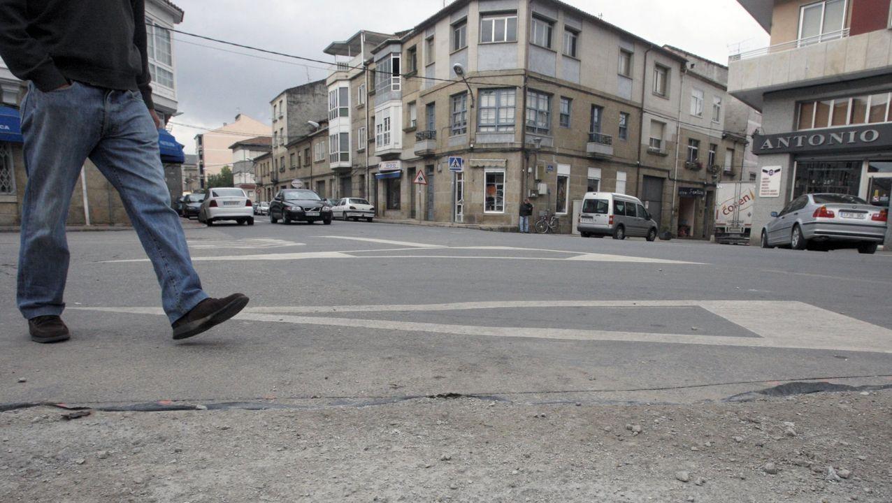 Cuatro vecinos se quedan sintechosobre sus buhardillas en Verín.El tejado quedó tirado justo delante de la farmacia
