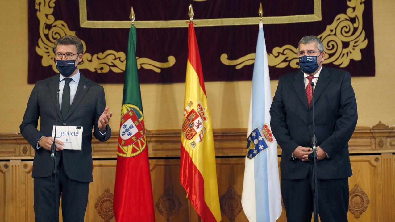 Carteles del Ministerio de Fomento en el enlace de la AP-9 con el Gaias y que Feijoo puso este martes como mal ejemplo de integración en el paisaje