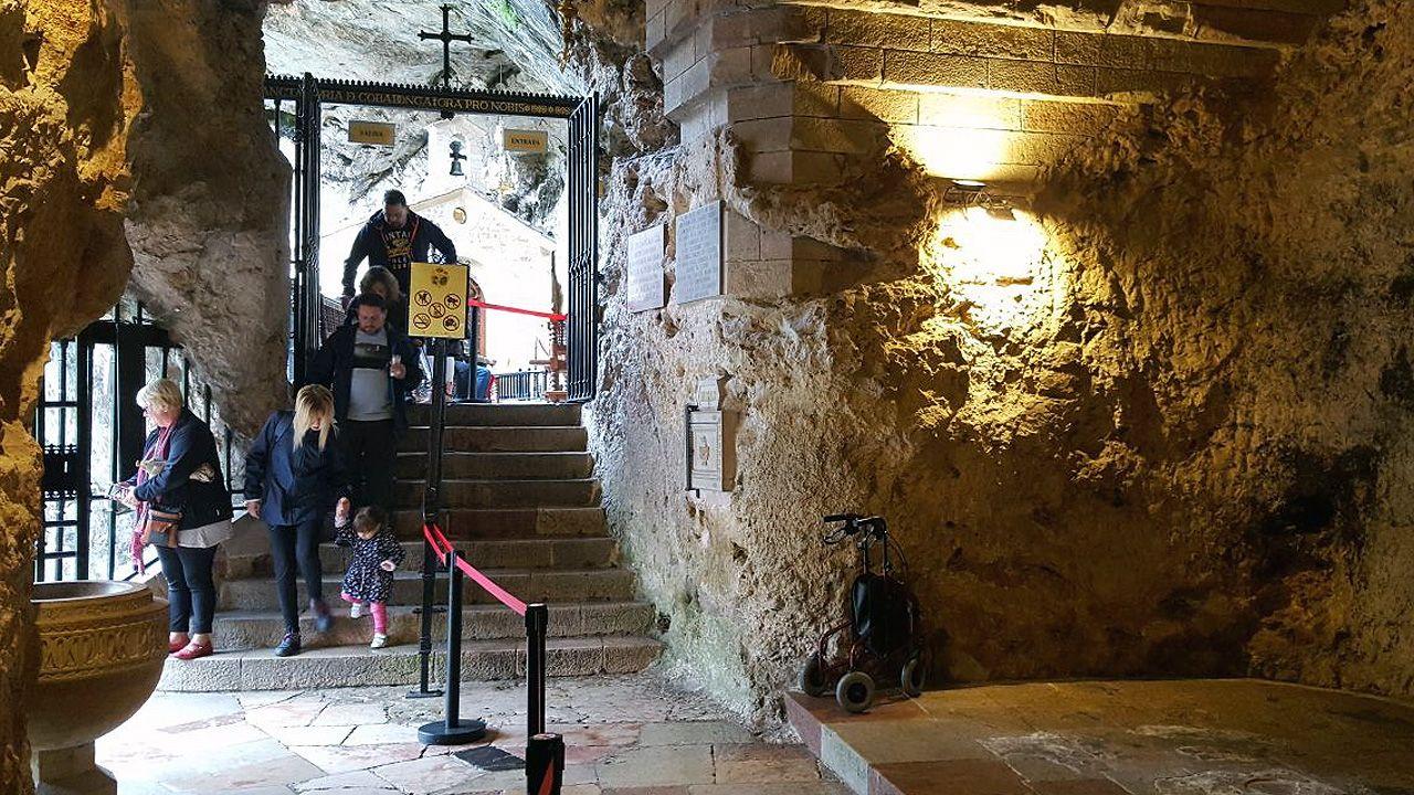 Escaleras de acceso a la cueva de Covadonga