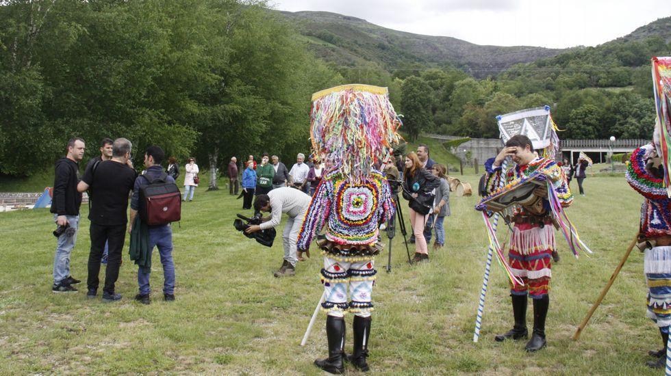 Los boteiros de Vilariño de Conso bailan al ritmo de Kepa Junkera