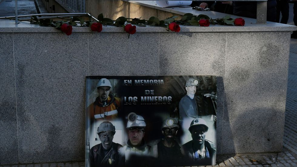 Familiares y compañeros de los seis mineros fallecidos depositan flores y fotos