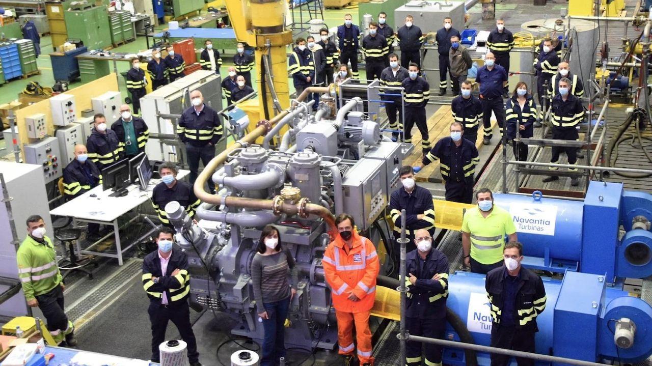 Celebrando la anulación del ERE. Alcoa.Un grupo de trabajadores y antiguos trabajadores del laboratorio de la fábrica de aluminio de San Cibrao, en la protesta de este jueves