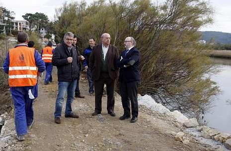 Rafael Eimil (a la derecha), junto al alcalde de Ponteceso visitando la obra en el malecón.