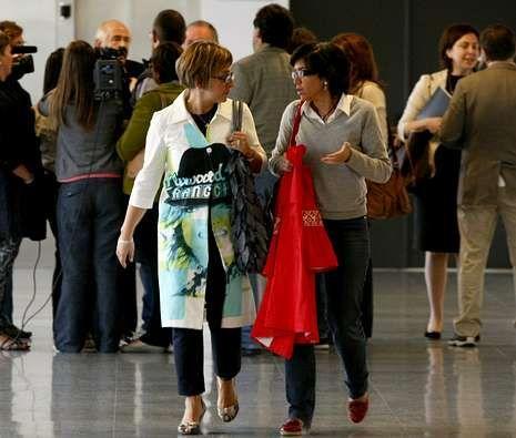 Las juezas Estela San José (izquierda) y Pilar de Lara, en los pasillos de los juzgados de Lugo.