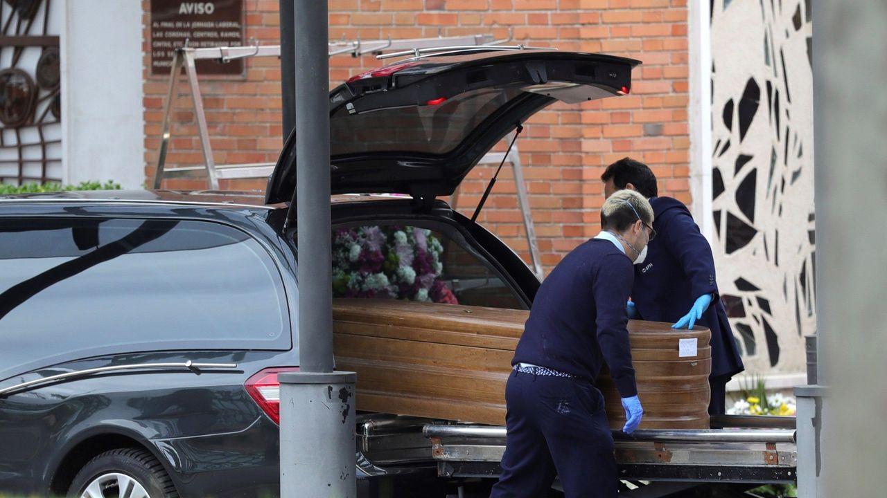 Un coche fúnebre en el acceso del crematorio del cementerio de La Almudena, en Madrid