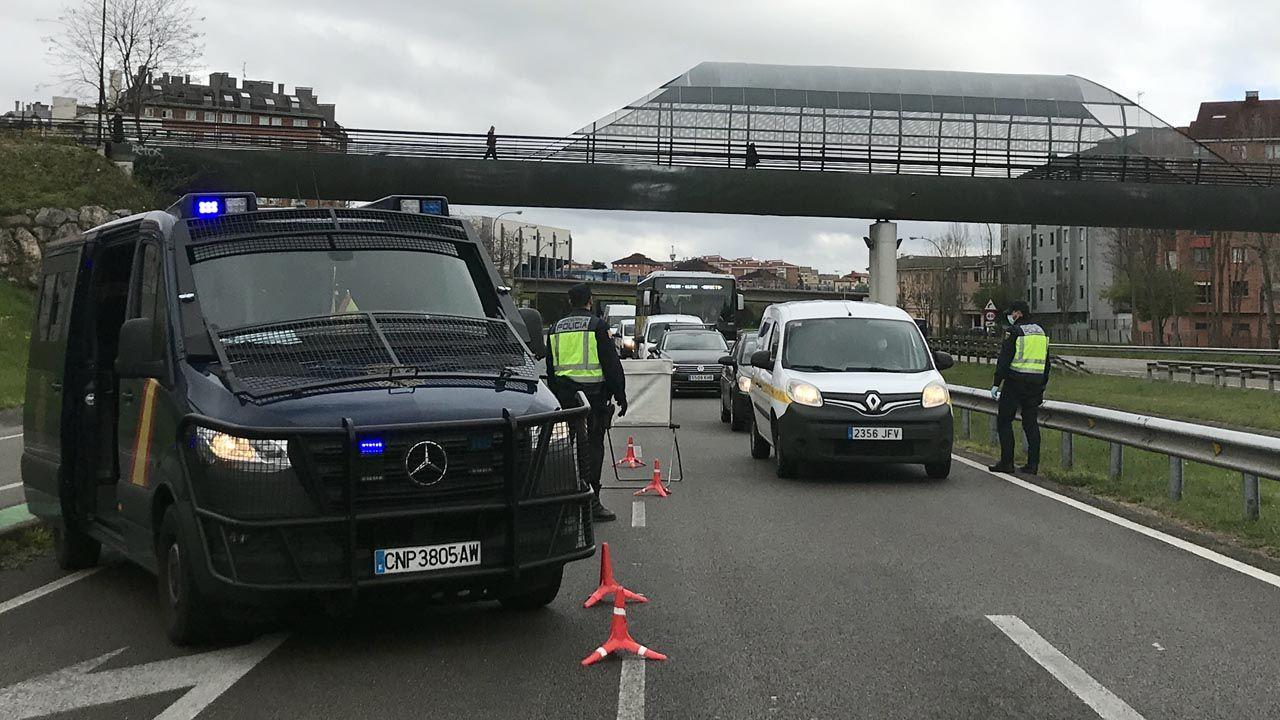 Control policial en el acceso a Oviedo, para comprobar las acreditaciones