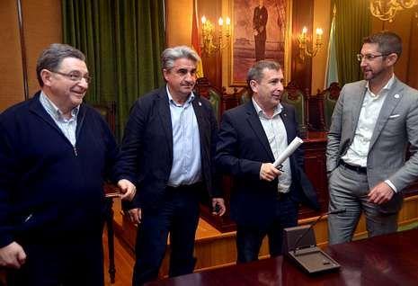 <span lang= es-es >El PP hace piña</span>. Los regidores conservadores de A Pobra, Boiro, Ribeira y Porto do Son se reunieron ayer en Santa Uxía para reiterar su rechazo al anteproyecto de ley ya aprobado por el Consejo de Ministros.