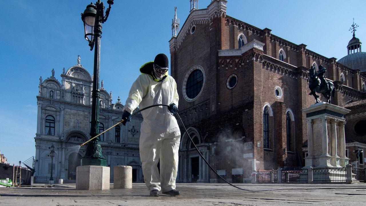 Vacunación en el centro de salud de Viveiro.Un operario desinfecta la plaza de San Marcos de Venecia el 7 de abril.