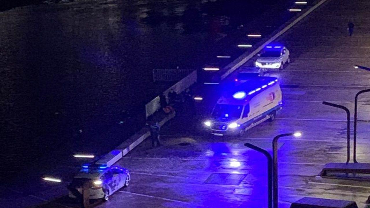 Momento en que los servicios de emergencia reaniman a la mujer que se cayó al mar