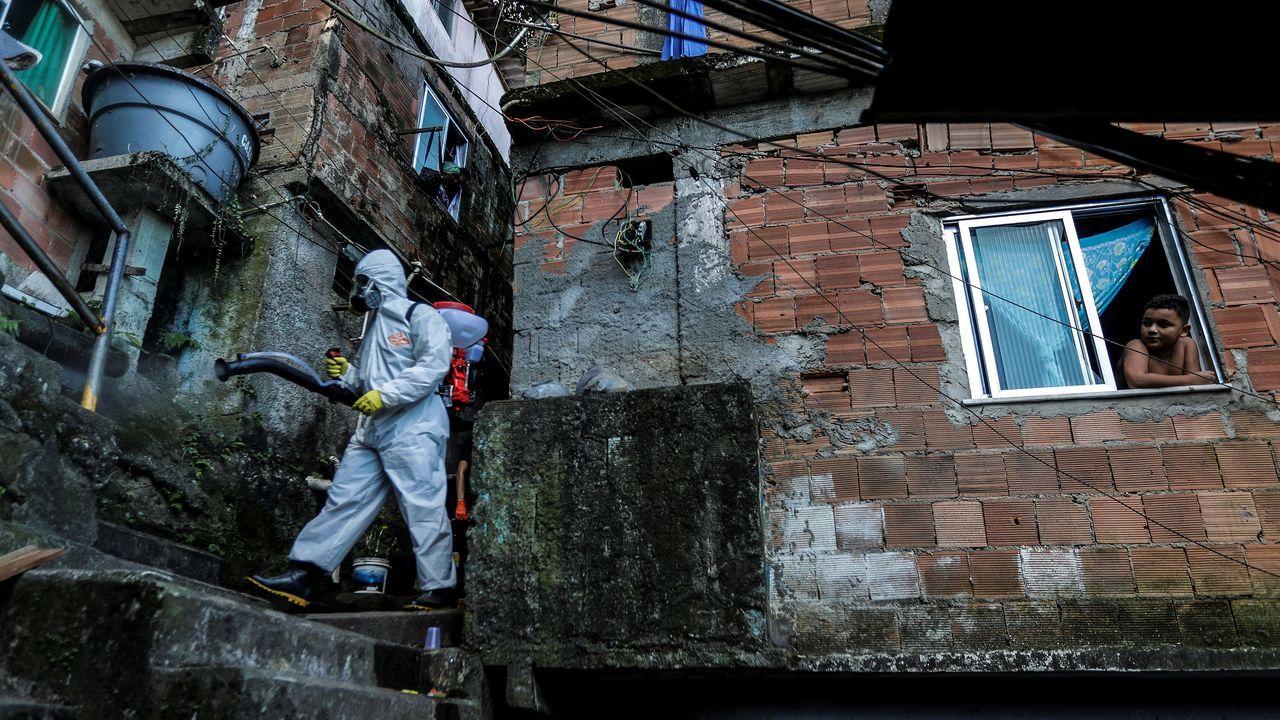 Residentes de la favela Dona Marta, en Río de Janeiro (Brasil), trabajan en su limpieza