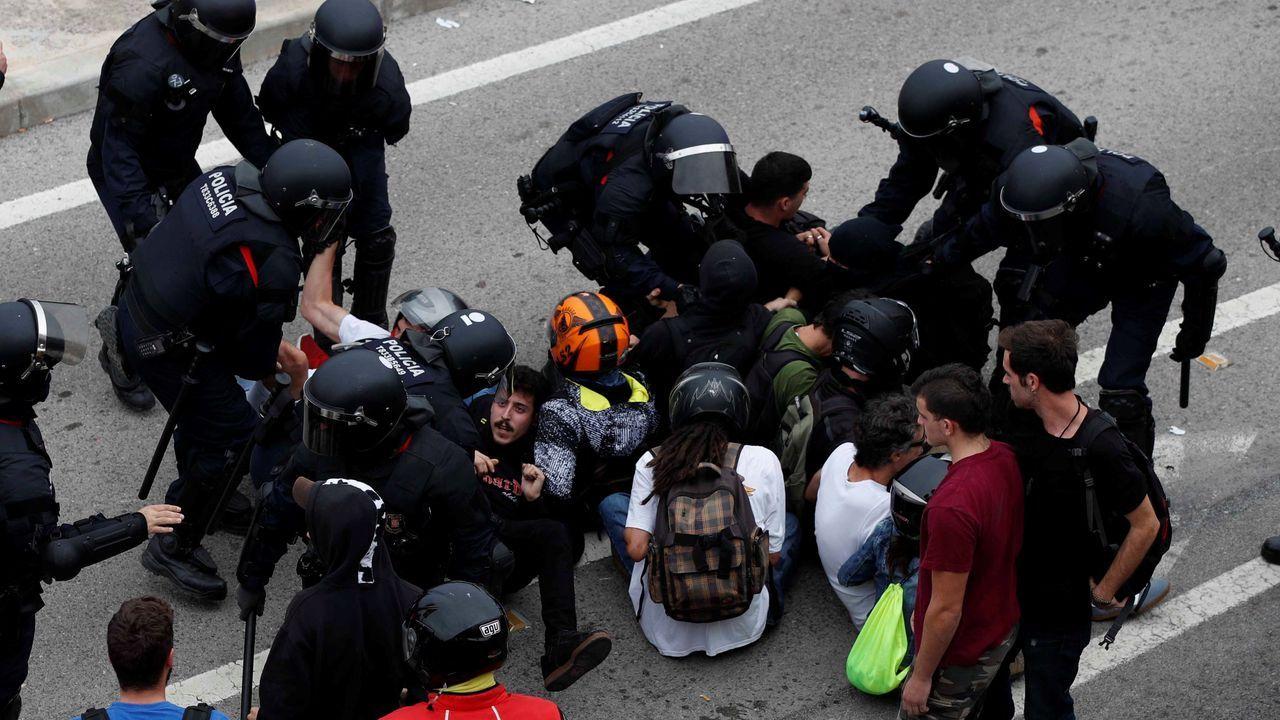 Carga de los Mossos d'Esquadra contra los manifestantes que han acudido esta tarde al aeropuerto de El Prat tras conocerse la sentencia contra los líderes del secesionismo