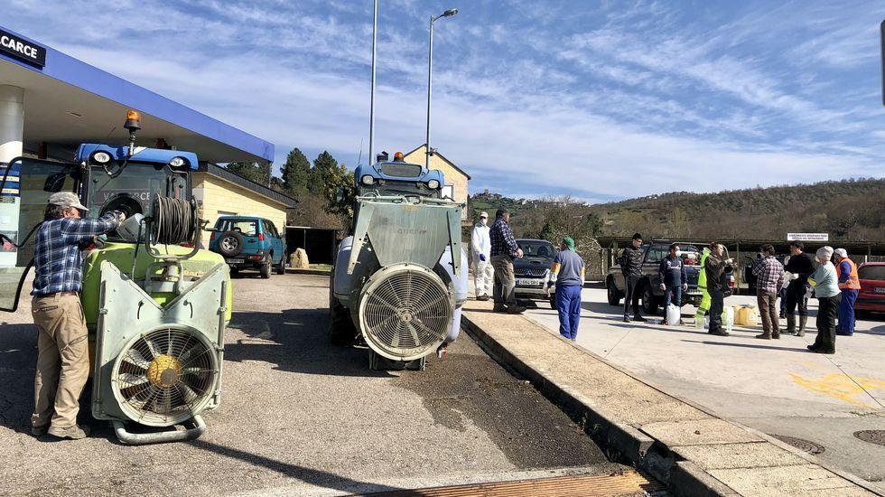 Los viticultores aportaron maquinaria y mano de obra para desinfectar O Bolo