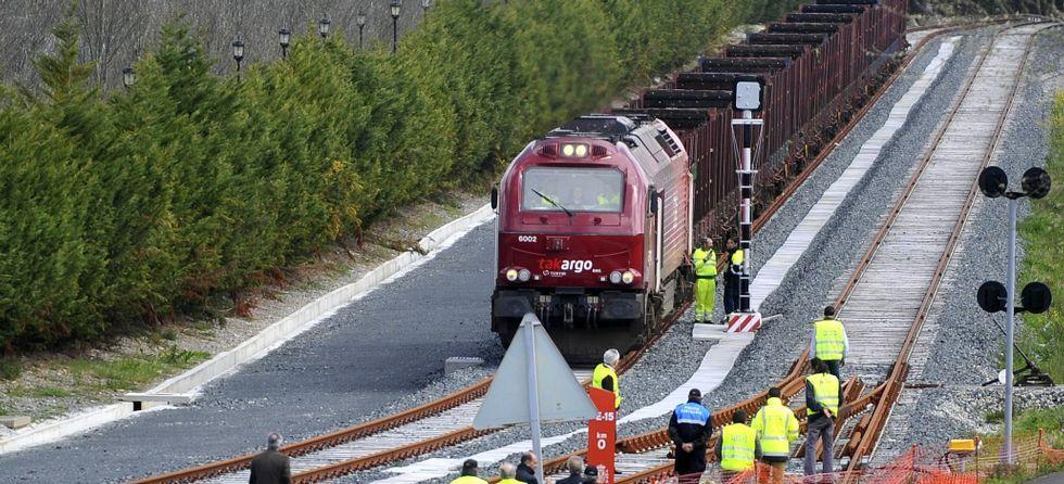En foto de archivo, momento de la llegada del primer tren al puerto interior tras ser remozada la vía.