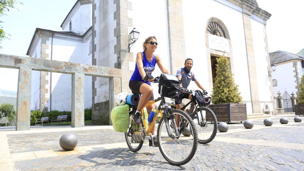 O éxito do Fuciño do Porco.Dos peregrinos en bicicleta por el Camino Norte, a su paso por la zona vieja de Vilalba