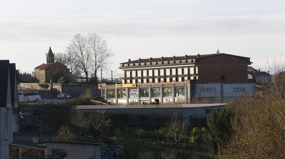 El edificio cerca del polígono, de la AP-9 y a orillas de la carretera que va de Pontevedra a Vilagarcía