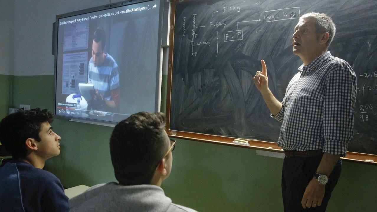 Núñez Feijoo: «Galicia no va a quedarse sin lo que le corresponde».¿Qué llevas, profesor, cada día a clase? En la imagen, Jesús Fidalgo, del IES Rosalía de Castro, que explica física con la serie «The Big Bang Theory»