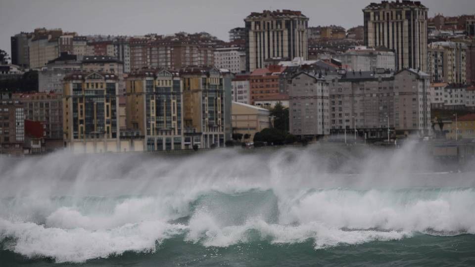 Grandes olas en la playa de Riazor en A Coruña