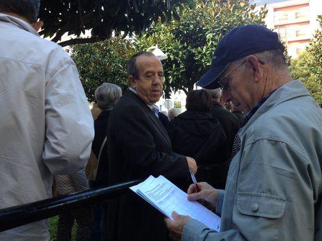 Recogida de firmas en Foz contra las sanciones a emigrantes