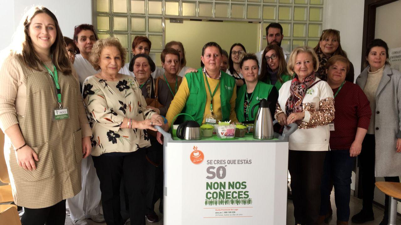 El llamado «carrito Don Amable» fue presentado por responsables de la Asociación Española contra el Cáncer y del hospital, así como por miembros del grupo de voluntarios que atienden este servicio