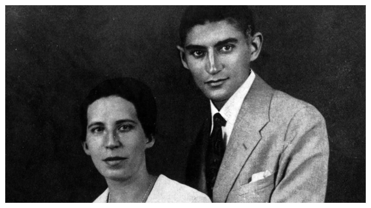 El lector ya había vislumbrado el rostro más humano de Kafka en las cartas que escribió a su querida Felice Bauer -en la imagen, retrato de ambos tomado en 1917-, con la que acarició incluso la idea del matrimonio. Reiner Stach ahonda en el perfil menos conocido del autor checo en «¿Éste es Kafka?», que el sello Acantilado llevó recientemente a las librerías