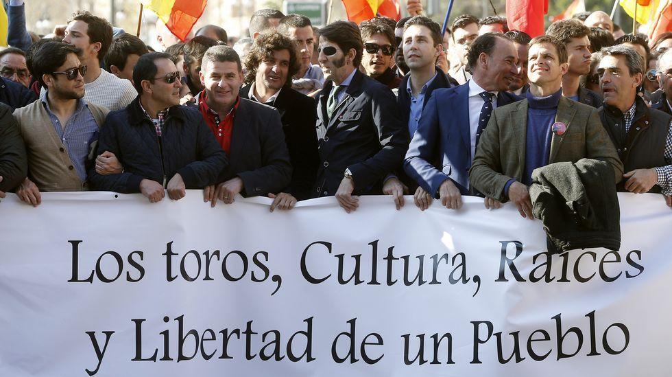 Partidarios y detractores de los toros se juntan en Valencia.Sabina, uno de los habituales del Coliseo.