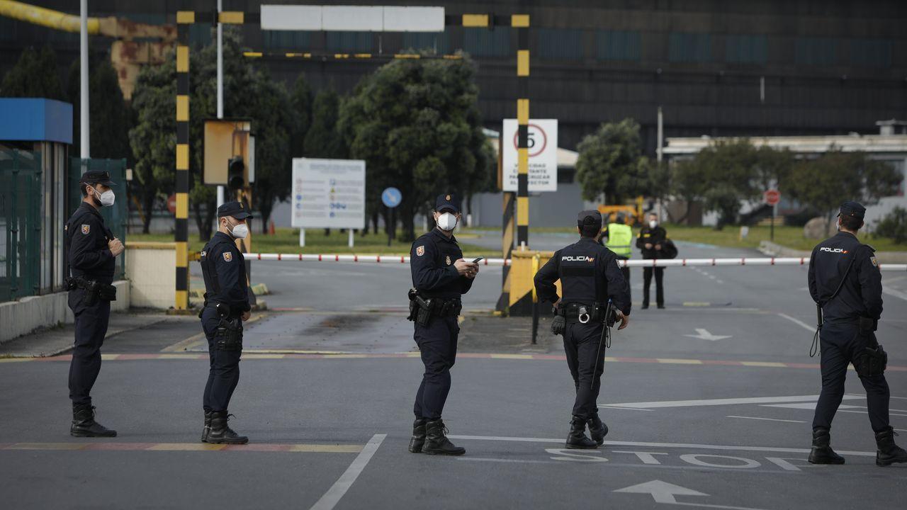 Policías en la fábrica de Alu Ibérica en A Coruña. Imagen de archivo