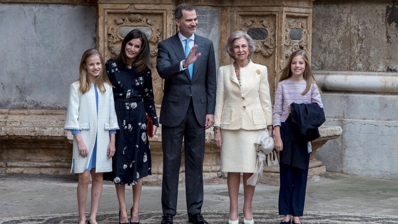 La familiaantes de entrar en la misa de Pascua en Mallorca