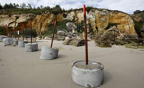 Las grietas en el acantilado que rodea Paxariñas obligaron a precintar el acceso a un tercio de la playa en marea baja.