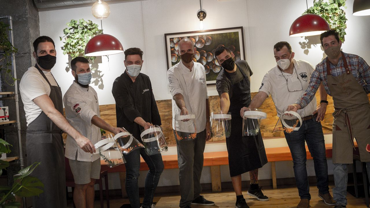 Los chefs de Estrellas Solidarios no Camiño promocionan la gastronomía y el paisaje gallego.Dani Comensoli y Javier Lago, en el interior del restaurante Ágape