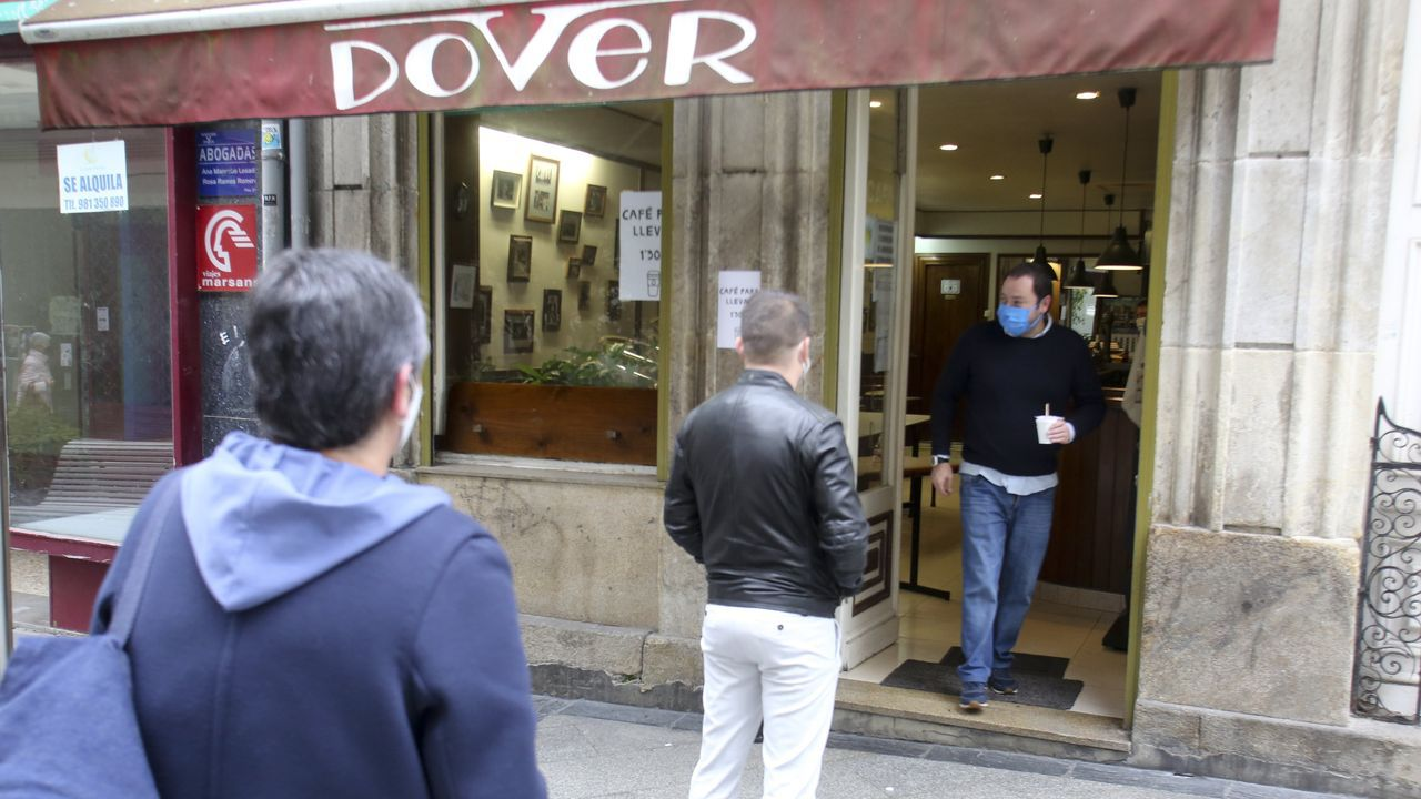 En la imagen, personas haciendo cola a las puertas del café Dóver de la calle Dolores