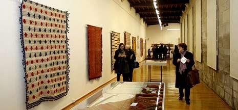 Una exposición en el Museo do Pobo Galego enseña el papel de las mujeres en los telares.