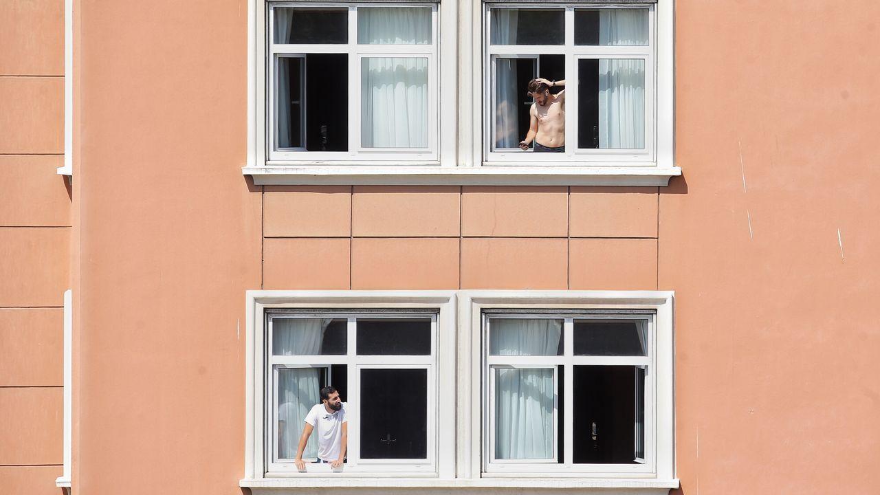 Las imágenes desde el hotel coruñés donde está confinado el Fuenlabrada.Miembros y jugadores del Fuenlabrada confinados en el Hotel Finisterre