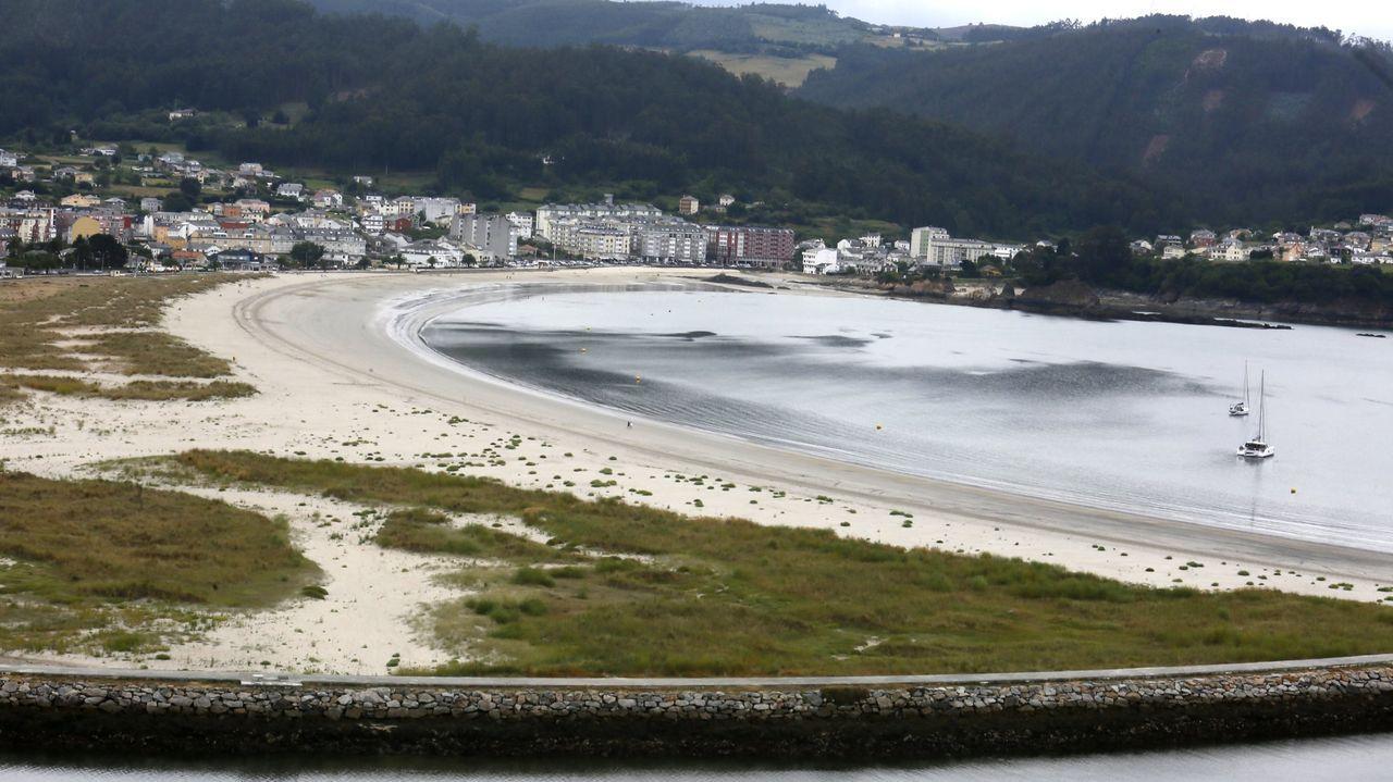 Vista general de la playa de Covas, en Viveiro, en cuyas inmediaciones se ubica la casa valorada en 4,4 millones de euros que ha sido subastada
