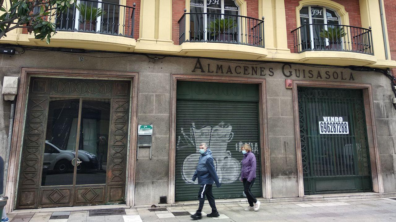Entrada de Almacenes Guisasola en la calle Melquíades Álvarez, que sigue tal como estaba cuando cerró hace diez años