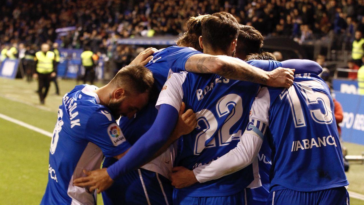Las imágenes del Dépor - Málaga.Los jugadores del Oviedo y del Espanyol saltan al césped del Tartiere