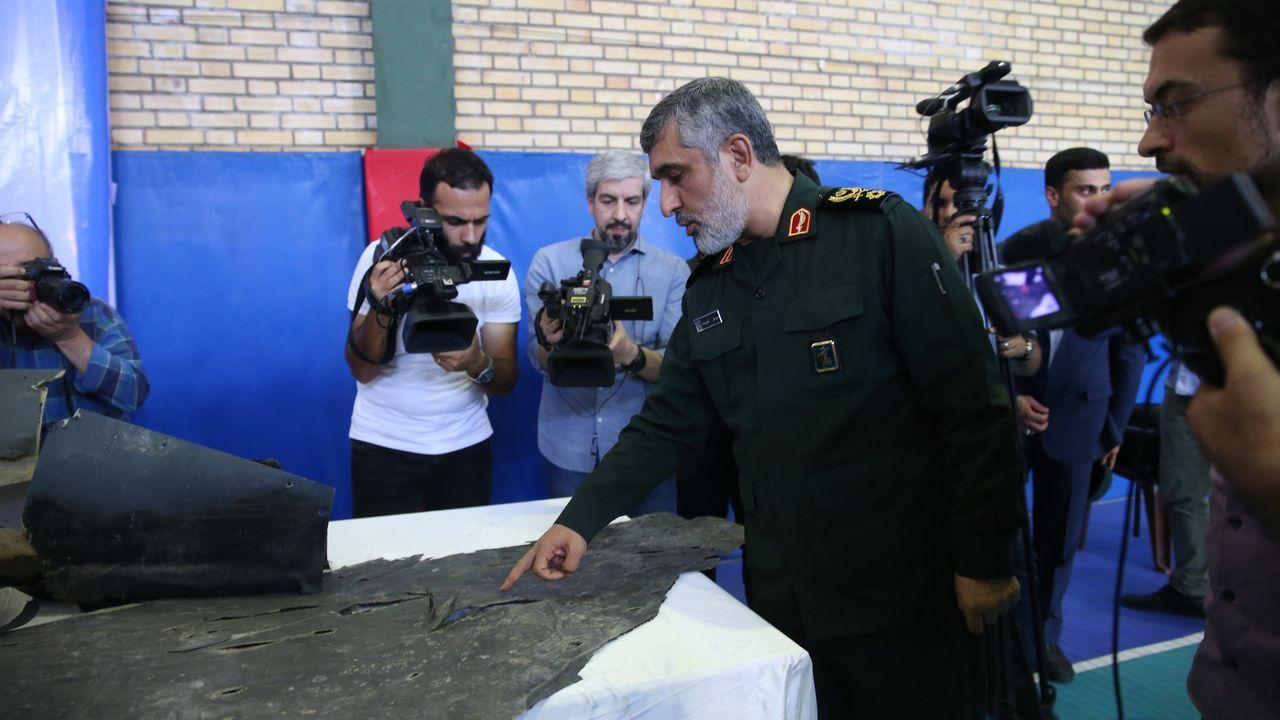 El general Ali Hajizade muestra los restos del supuesto dron estadounidense