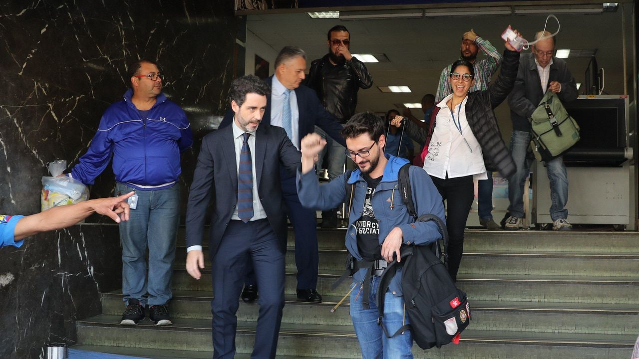 Venezuela se echa a la calle para reclamar elecciones libres.El cónsul adjunto de España en Caracas, Julio Navas (izquierda), junto a los tres periodistas de la agencia Efe Liberados
