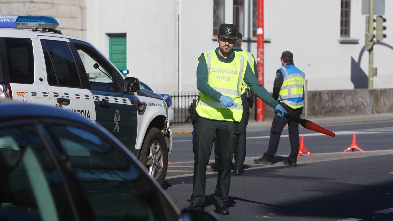 Un agente de la Guardia Civil realiza un control en la N-651 en Fene, Ferrolterra, durante la vigencia del estado de alarma
