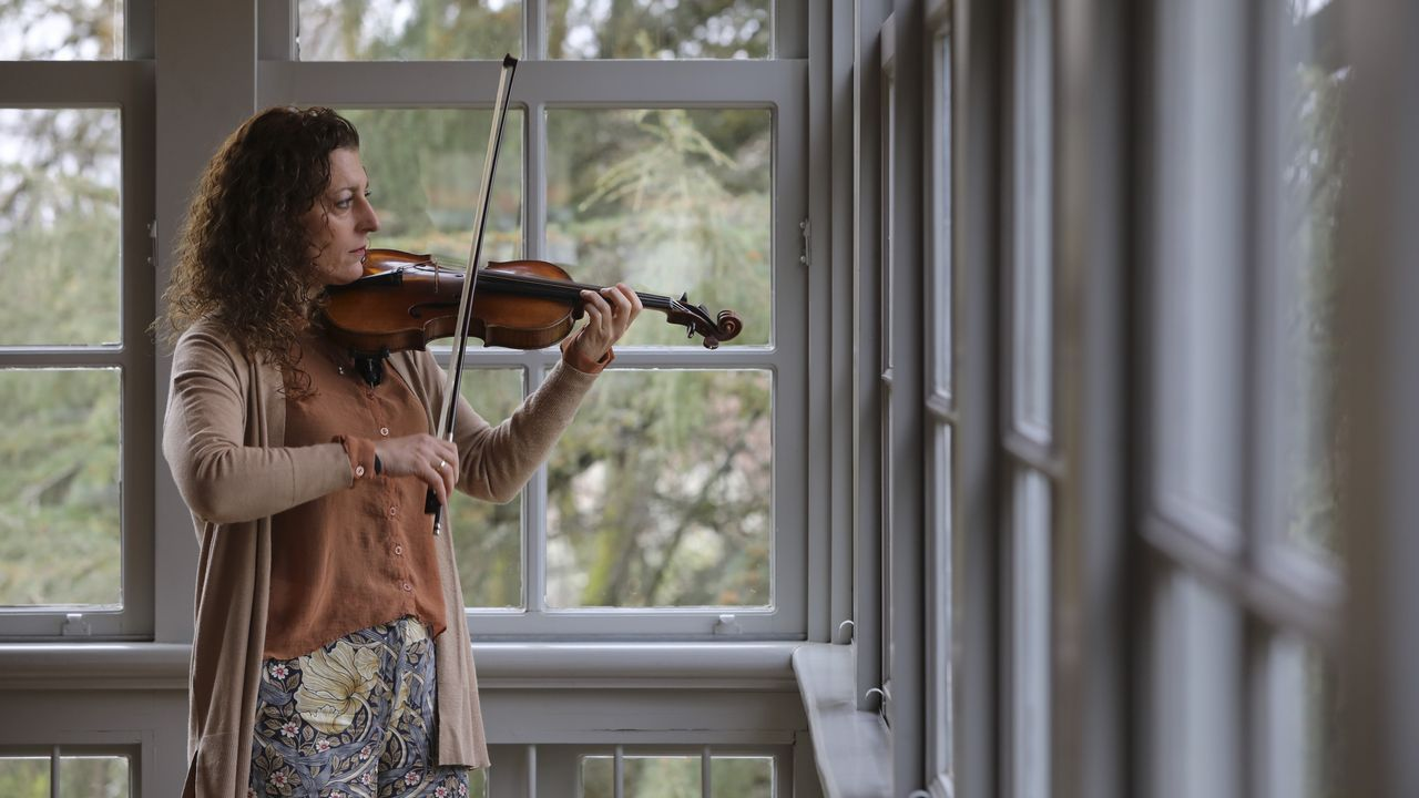 A intérprete de Ribeira Raquel Castro, que impartiu hai uns días clases en Santiago, empezou co violín aos 16 anos