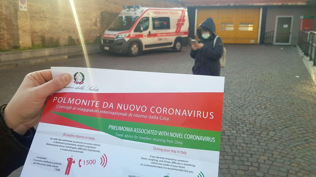 Lucía Gil, estudiante de la UDC.Una de las hojas informativas sobre el coronavirus que han repartido en Piacenza