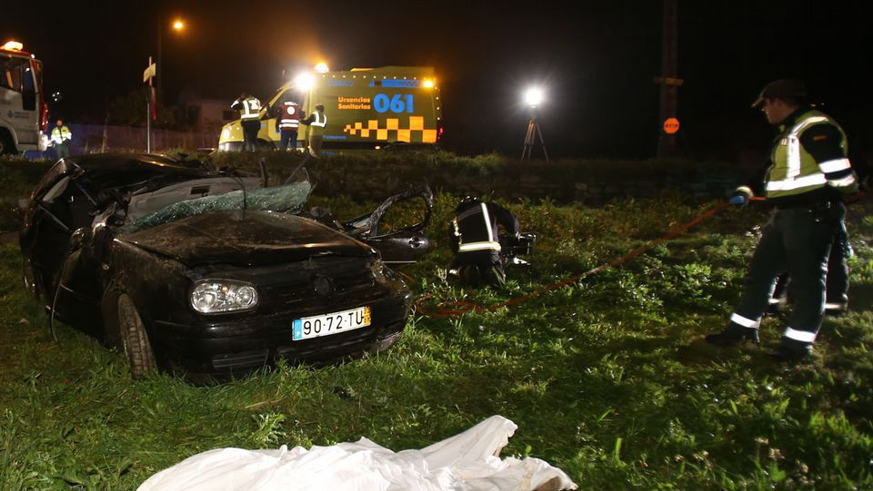 <span lang= es-es >En la EP-8004</span>. En la madrugada del sábado, un BMW sufrió una salida de vía, impactó brutalmente contra el viaducto del tren y fue proyectado contra una farola y un muro.