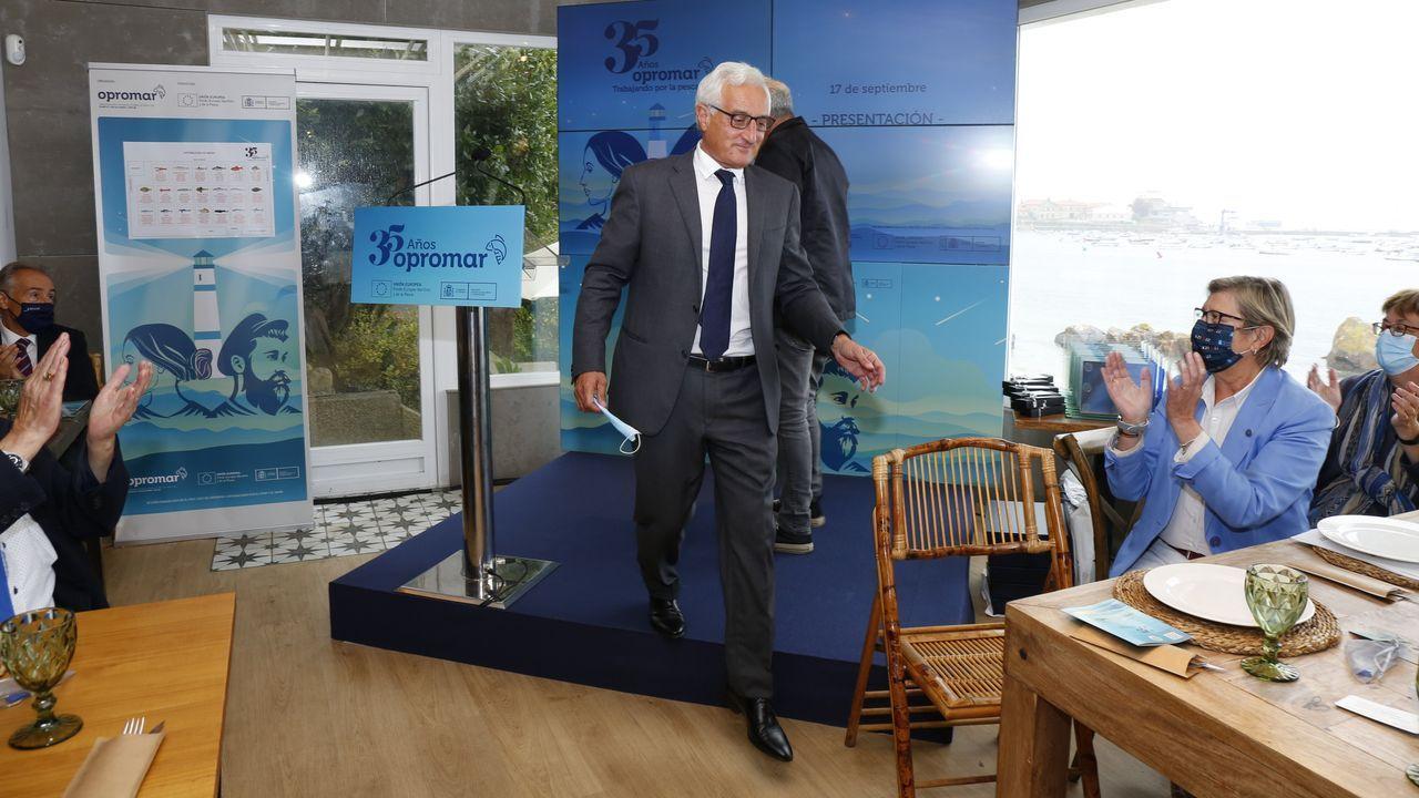 Martín Fragueiro, director gerente de Opromar, presentó el superalimento en la celebración del 35 aniversario de esa organización, a la que entre otros, acudieron la conselleira de Mar y la secretaria general de Pesca (a la derecha, aplaudiendo)