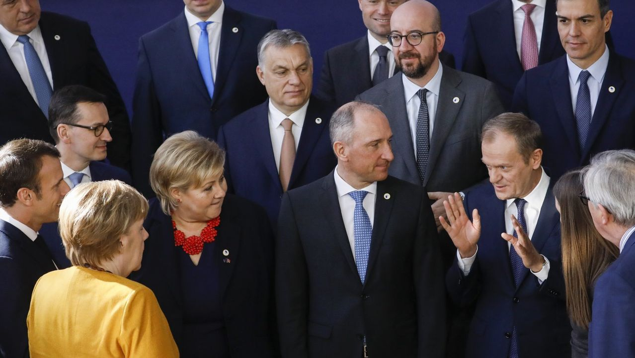 Orbán y Tusk, con otros líderes europeos, durante una foto de familia de una cumbre