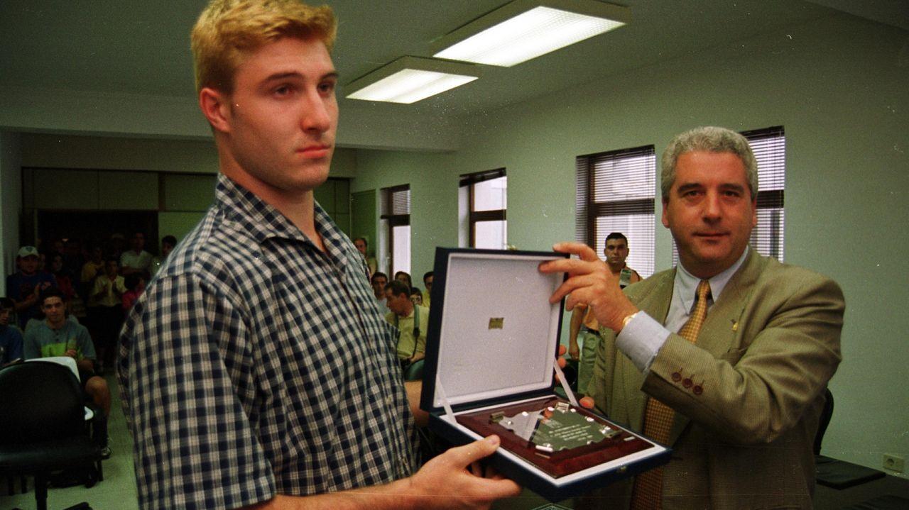 Julio González recibió una placa conmemorativa en Foz en el 2001