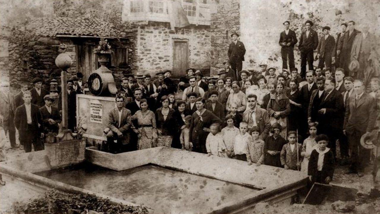 1932. A la inauguración de la fuente acudieron todos los vecinos de la localidad, vestidos con sus mejores galas posaban para la primera de muchas fotos.