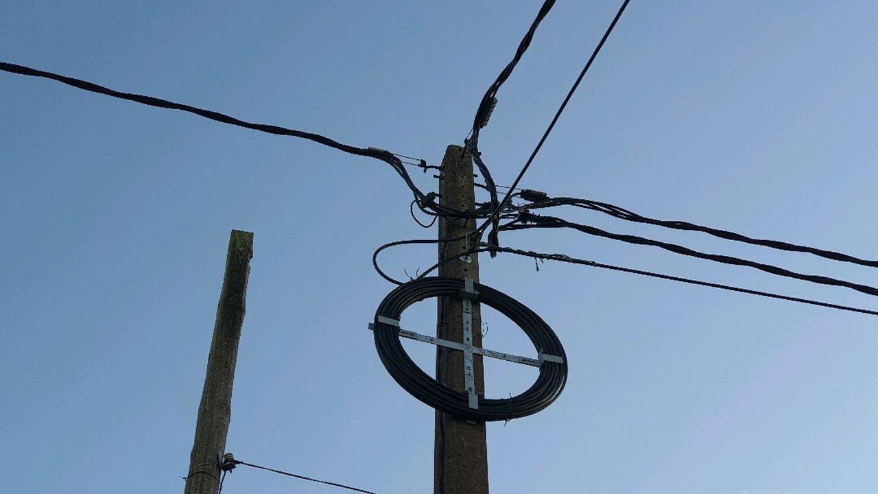 La instalación de fibra óptica se realiza tanto de forma soterrada como aérea