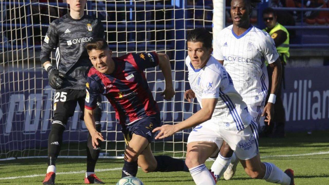 Nieto Extremadura Real Oviedo Francisco de la Hera.Nieto trata de despejar un balón ante el Extremadura