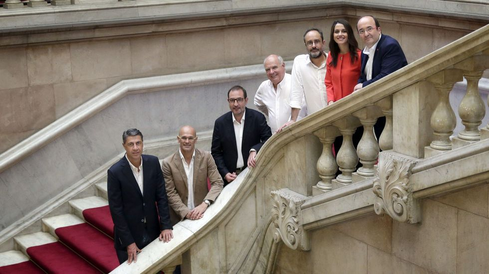 Los candidatos, en las escalinatas principales del Parlamento catalán