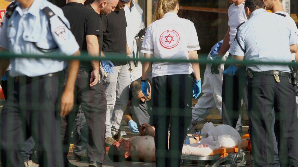 Denuncian cómo soldados israelíes colocan un cuchillo al lado de un joven palestino abatido.La policía cachea a un joven palestino en Jerusalén